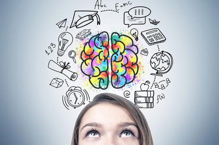 Frau blickt nach oben auf Illustration von Gehirn.