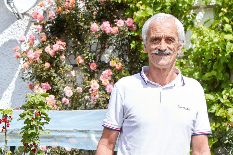 Rudolf Furtner vor Pflanzen aus seinem Garten.