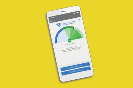 Smartphone auf gelbem Hintergrund zeigt das Bonusprogramm innerhalb der neuen BMW BKK-App an.