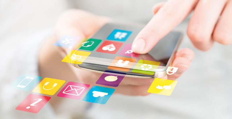 Smartphone mit verschiedenen Icons für Apps.