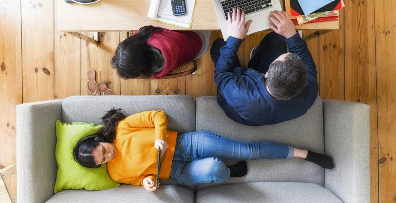 Eine Familie nutzt Handy und Computer.