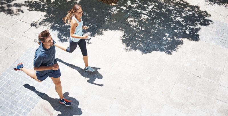 Ein Paar joggt über Fliesenboden.