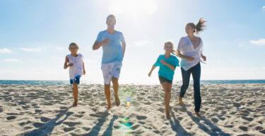 Eine Familie läuft über den Strand.