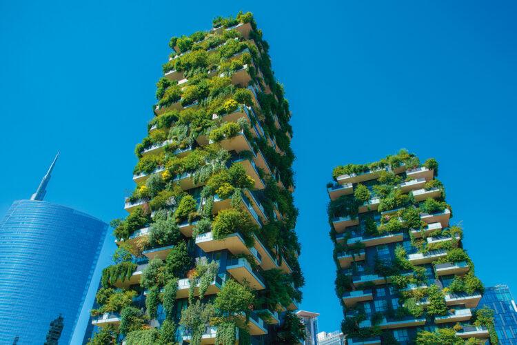 Grün bewachsene Hochhäuser.
