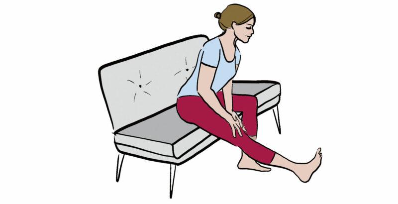 Illustration einer Frau, die ihr Bein, auf dem Sofa sitzend, dehnt.