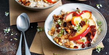 Porridge mit Apfel und Nüssen.